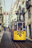 Lissabon Portugal, 2016 05 09 - personer i gul spårvagn - elevador Arkivbild