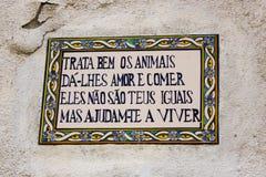 Lissabon Portugal: populärt kvarter om djuren i tegelplattor i en vägg i den Mouraria fjärdedelen Arkivfoton