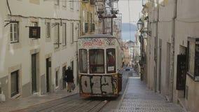 LISSABON, PORTUGAL - 15. SEPTEMBER 2015: Berühmtes Retro- entworfenes funikuläres in der alten Stadtstraße von Lissabon, Portugal stock video footage