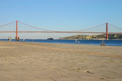 Lissabon Portugal - September 17, 2006: Ponte 25 de Abril 25th nolla royaltyfria bilder