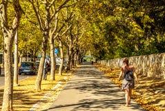 Lissabon Portugal - Septmember 19, 2016: Boulevard från den Carcavelos stationen till stranden Royaltyfri Foto
