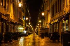 Lissabon, Portugal - 2019 St?dtische Nachtszene Alte europ?ische Stadt belichtete Stra?e nachts lizenzfreie stockfotos