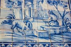 Lissabon, Portugal: straattegels met landelijke motieven in Alfama-kwart royalty-vrije stock afbeeldingen