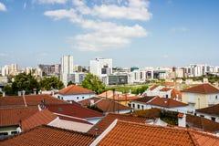 Lissabon Portugal: tak och tornkontrast Arkivfoton