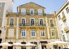 Lissabon, Portugal: voorgevel van een gebouw met vrijmetselaars- symbolen in traditionele Portugese tegels Stock Foto