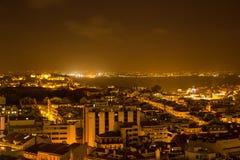 Lissabon 's nachts, algemene mening met Tagus-rivier op het centrum Stock Fotografie