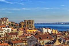 Lissabon sikt med domkyrkan Sé de Lissabon Arkivfoton