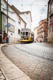 Lissabon spårvagn i Alfama område Portugal arkivbild