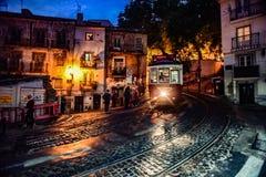 Lissabon spårvagn som kommer till och med en smal gata Royaltyfri Foto