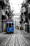 Lissabon spårvagnar med färgpulveröversiktsfiltret, historiska Cablecars, typiska spårvagnar, offentligt trans. arkivbilder