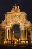 Lissabon - stadspoort bij nacht Stock Fotografie