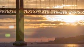 Lissabon-Stadtsonnenaufgang mit am 25. April Brückennacht zum Tag-timelapse stock video footage