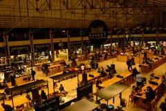 Lissabon Tid ut marknadsför, äter lunch, för frunch och för matställen det moderna stället royaltyfri foto