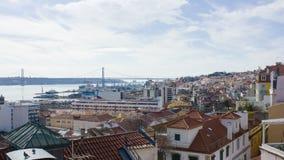 Lissabon: västra område, Tagusen och 25 den April bron Arkivbilder
