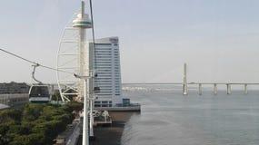 Lissabon, Vasco da Gama Bridge und Gondelbahn Stockbild