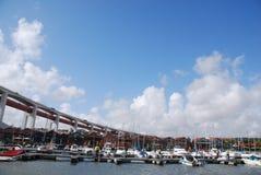 Lissabons Docks unter 25. April-Brücke Lizenzfreies Stockbild