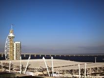 Lissabons höchstes Gebäude und Brücke Stockfotografie