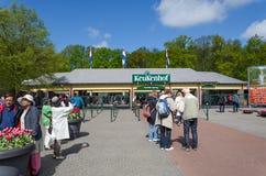 Lisse, die Niederlande - 7. Mai 2015: Touristen am Eingang in das Keukenhof arbeiten im Garten Lizenzfreie Stockfotografie