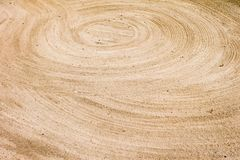 On lisse le sable dans les trous photographie stock libre de droits