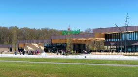 Lisse Nederländerna - 10 April 2019: Huvudbyggnaden nära ingången av den Keukenhof trädgården, en av den största världen fotografering för bildbyråer