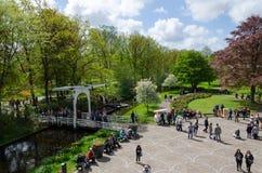 Lisse, os Países Baixos - 7 de maio de 2015: Os turistas visitam o jardim famoso em Keukenhof Fotos de Stock