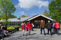 Lisse, os Países Baixos - 7 de maio de 2015: Os turistas visitam o jardim famoso em Keukenhof Fotografia de Stock Royalty Free