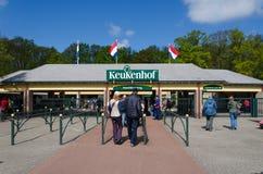 Lisse, Países Baixos - 7 de maio de 2015: Os turistas na entrada no Keukenhof jardinam Fotografia de Stock Royalty Free