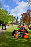 Lisse, Paesi Bassi - 7 maggio 2015: Escursione degli studenti al giardino famoso in Keukenhof Fotografia Stock Libera da Diritti