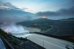 Lissez évacuer l'eau le barrage hydro-électrique à l'aube photos stock
