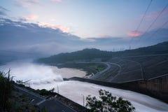 Lissez évacuer l'eau le barrage hydro-électrique à l'aube images stock