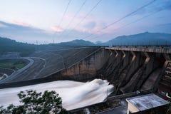 Lissez évacuer l'eau le barrage hydro-électrique à l'aube photo stock