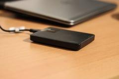 Lissez HDD externe élégant relié à l'ordinateur argenté Images libres de droits
