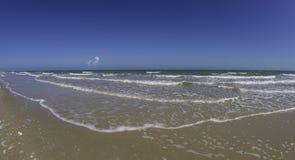 Lissez la vague de la mer sur la plage avec le petit nuage et le ciel bleu image libre de droits