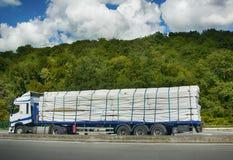 Listón embalado de plástico y cargado en el camión de plataforma fotos de archivo