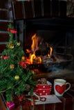 List, ciastka i mleko dla Święty Mikołaj pod choinką, Zdjęcia Royalty Free