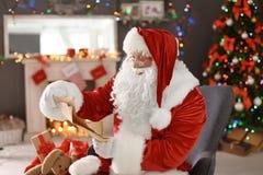 List d'envie authentique de lecture de Santa Claus photo libre de droits