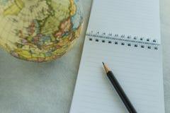 List d'envie de voyage du monde ou but et concept de cible comme crayon sur W Photo stock
