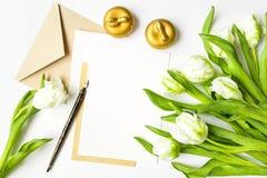 List, koperta i tulipany na białym tle, Zaproszenie karta lub list miłosny, Odgórny widok, mieszkanie nieatutowy Zdjęcia Royalty Free