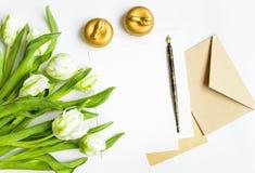 List, koperta i tulipany na białym tle, Zaproszenie karta lub list miłosny, Odgórny widok, mieszkanie nieatutowy Obrazy Royalty Free