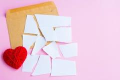 List miłosny drzejący z czerwonymi sercami Zdjęcie Stock