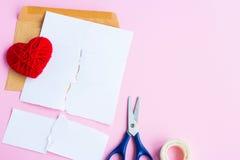 List miłosny drzejący z czerwonymi sercami Fotografia Royalty Free
