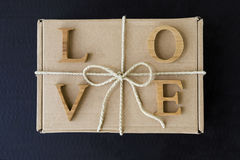 List miłosny na brew prezenta pudełku z papieru sznurka faborkiem Obraz Royalty Free