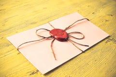 List z foką na stole Zdjęcia Royalty Free