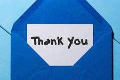 List z słowami dziękuje ciebie przy błękitną kopertą fotografia stock