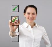 Lista da mulher de negócios e de verificação foto de stock royalty free