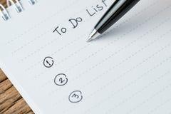 Lista de afazeres ou conceito da prioridade de tarefas da escrita, close-up da lista o imagem de stock