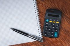 Lista de compras con la calculadora Imagen de archivo libre de regalías