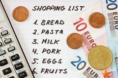 Lista de compras con la calculadora y el dinero fotos de archivo