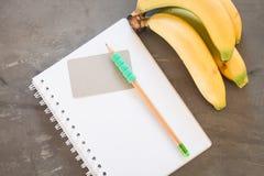 Lista de compras con las frutas sanas Imágenes de archivo libres de regalías