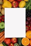Lista de compras en blanco con las frutas y verduras con el copyspace Imagen de archivo
